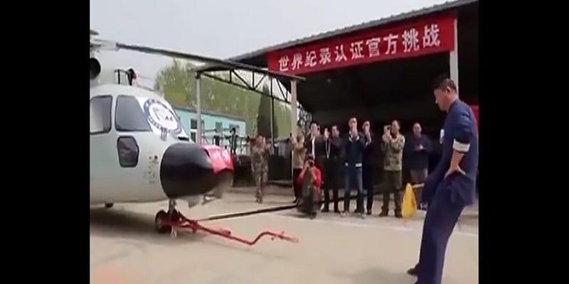 Photo de Il bat un record mondial en remorquant un hélicoptère avec son p3nis: VIDÉO