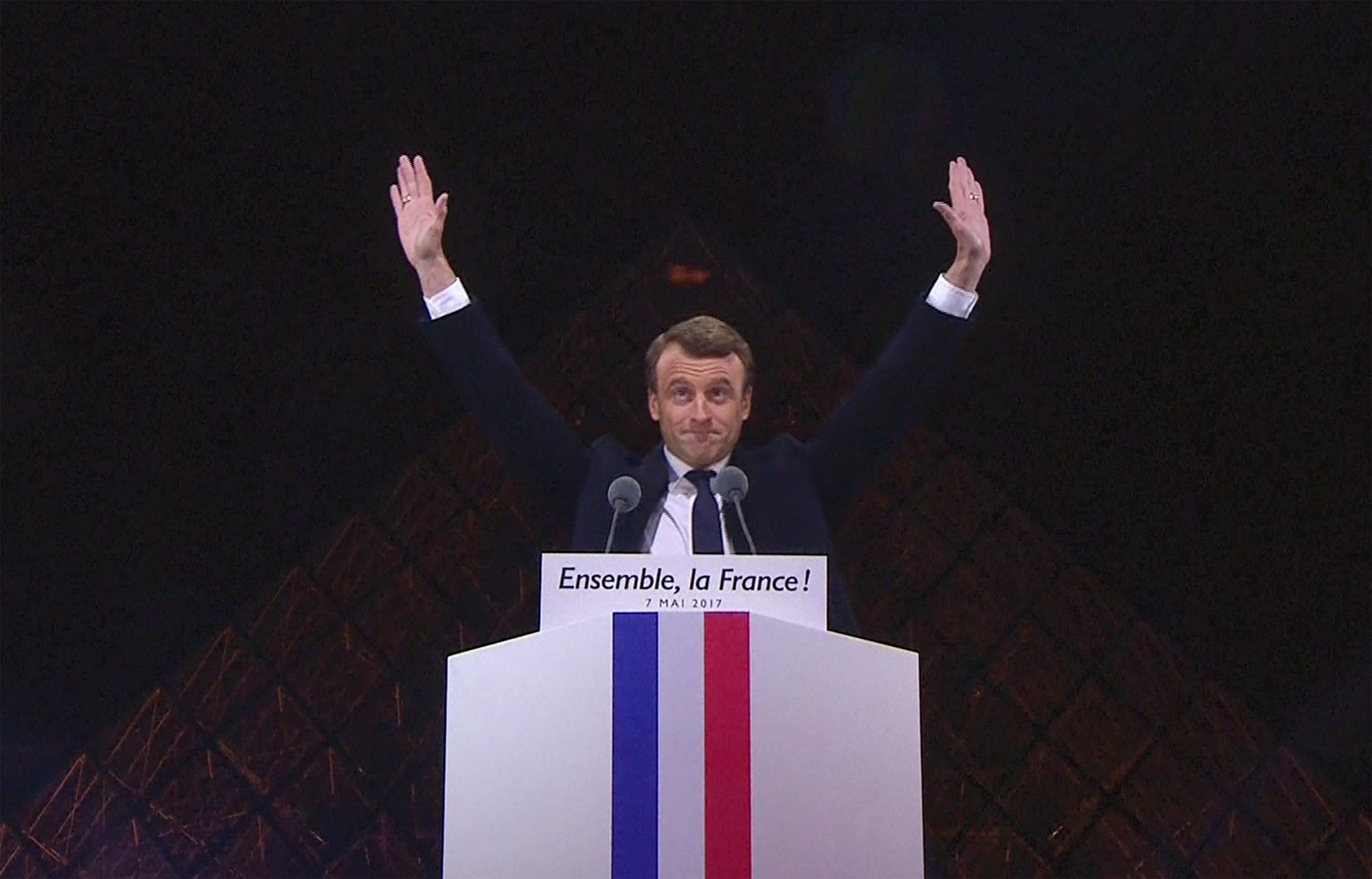 Photo de Election  de Macron : les complotistes révèlent que des signes satanistes planent au dessus de sa victoire. Leurs preuves !