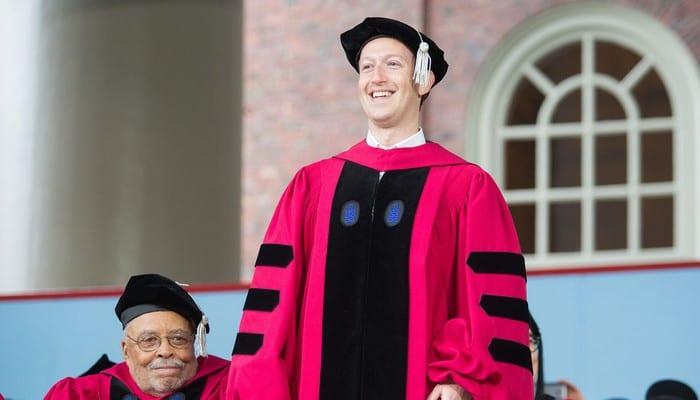Photo de 13 ans plus tard, Mark Zuckerberg obtient enfin son diplôme ! Photos