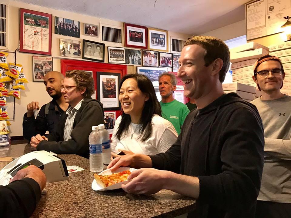 Photo de VIDEO: Mark Zuckerberg retourne dans son ancienne chambre d'étudiant, où il a créé Facebook