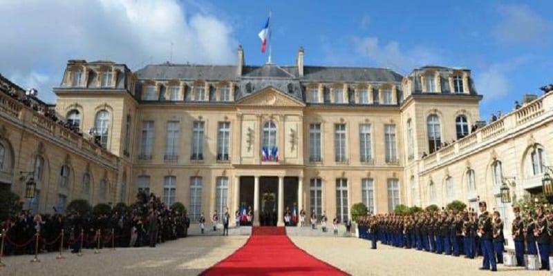Photo de Vent de panique à l'Elysée: un homme attrape la main d'Emmanuel Macron mais…