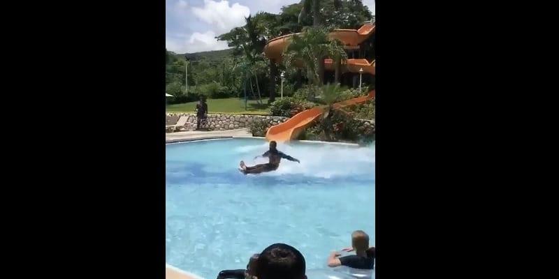 Photo de Vidéo: un homme glisse sur l'eau sans ski et fait le buzz sur internet