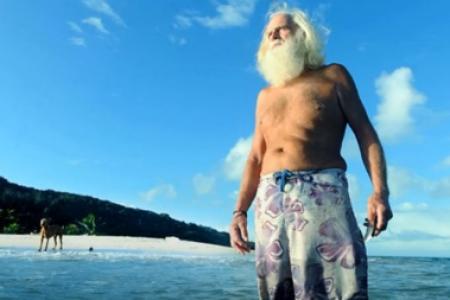 Photo de Cet ancien millionnaire vit depuis vingt ans sur une île déserte. Découvrez pourquoi (Vidéos)
