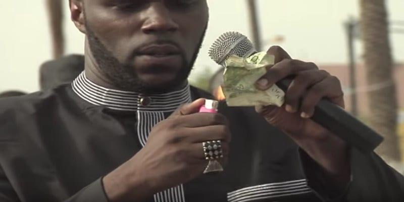 Photo de Lutte contre le Franc CFA: Kémi Seba brûle un billet de banque, la police l'arrête