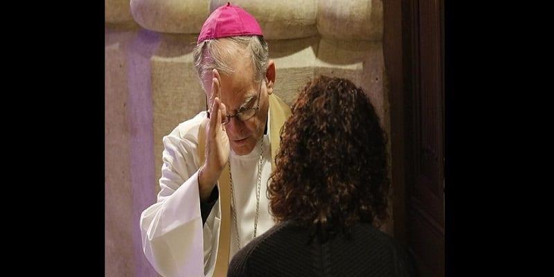 Photo de Australie: Les prêtres catholiques ordonnés de rapporter des confessions