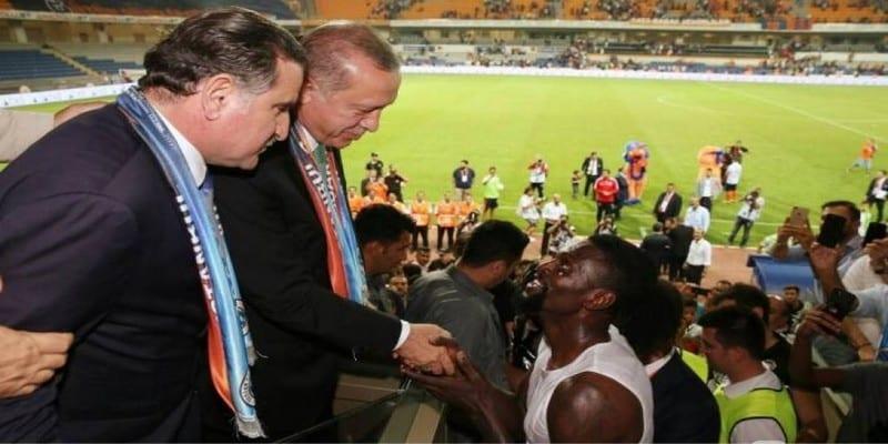 Photo de Football – Istanbul Basaksehir: le président turc formule une demande  particulière concernant Adébayor