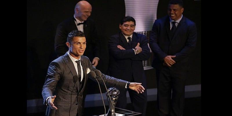 Photo de FIFA Awards : Diego Maradona révèle qu'il aurait aimé que le trophée soit remis à Messi (photos)