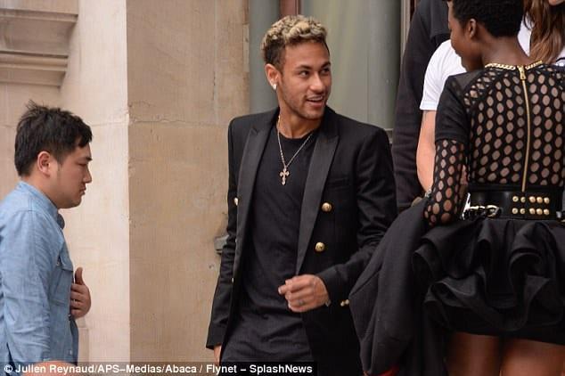 Photo de Fashion Week parisienne : Neymar avec une compagnie féminine inattendue!
