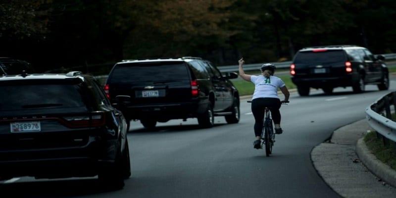 Photo de Etats-Unis: Elle fait un doigt d'honneur à Donald Trump, et se fait virer