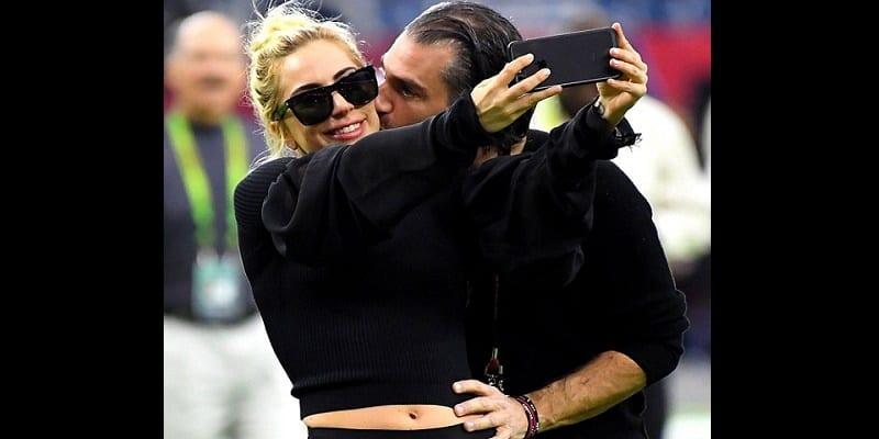Photo de People: Lady Gaga s'est fiancée avec son agent!