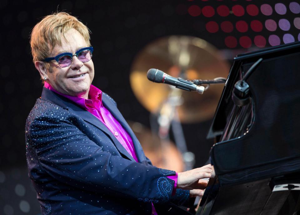Photo de Musique: Elton John s'en prend à un fan en plein concert!