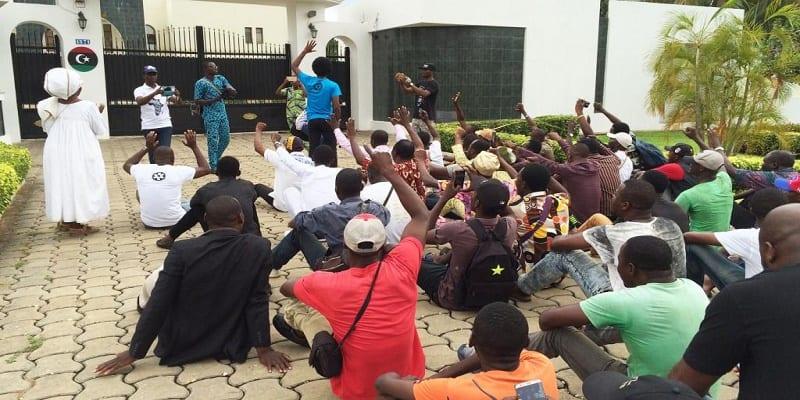 Photo de Béninois et Sénégalais manifestent contre la vente des migrants