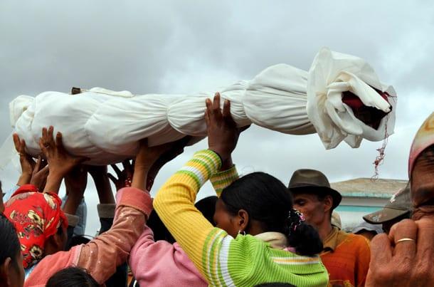 Photo de Indonésie : Découvrez cette étrange tradition des Torajas, qui déterrent leurs morts chaque année