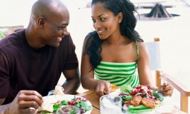 Photo de Femmes : Voici 4 signes qui montrent qu'un homme est sous votre charme!
