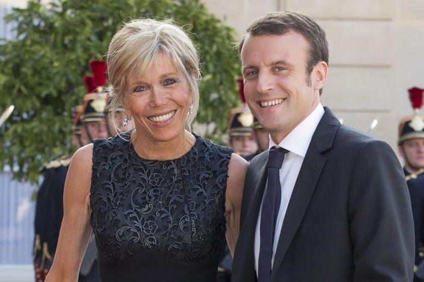 Photo de Sénégal : Emmanuel et Brigitte Macron au contact de la population