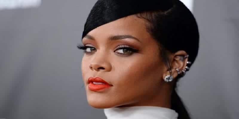 Photo de Rihanna dévoile son secret pour avoir un rouge à lèvres parfait qui tient toute la journée!