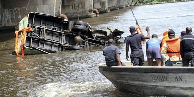 un-bus-plonge-dans-la-lagune-dabidjan-37-morts