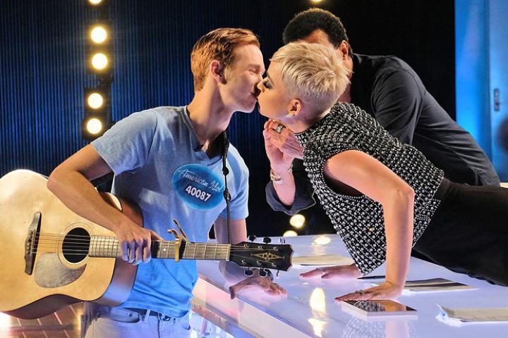 Photo de People: Katy Perry vole un baiser à un candidat lors d'une émission!(vidéo)