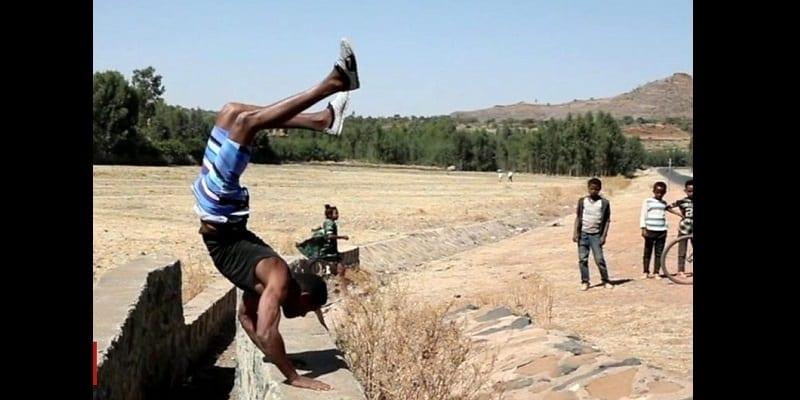 Photo de Dirar Abohoy: Le talentueux éthiopien qui marche sur les mains (vidéo)