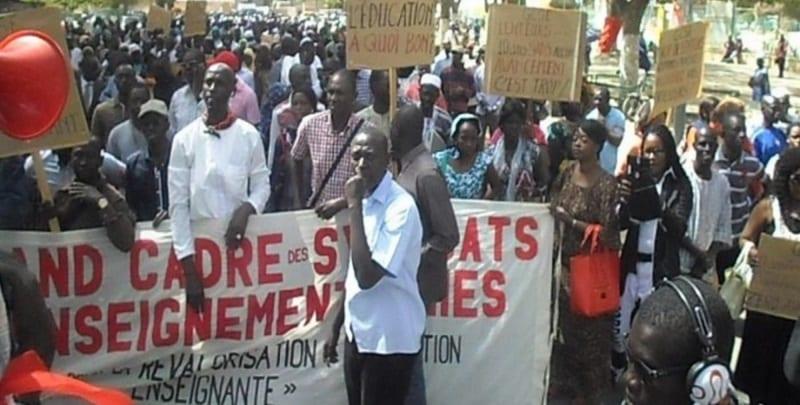 Photo de Sénégal : Les enseignants tournent le dos au président Sall