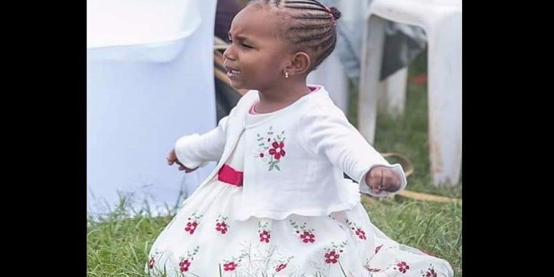 Photo de Kenya: Une fillette de 3 ans à genou, en larmes alors qu'elle prie et adore Dieu