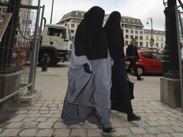 Photo de France: Pour avoir refusé de serrer la main, le gouvernement refuse la naturalisation à une Algérienne