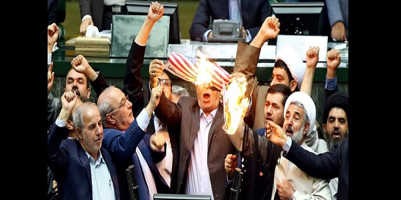 Photo de Accord nucléaire: Les députés iraniens mettent le feu au drapeau américain (vidéo)