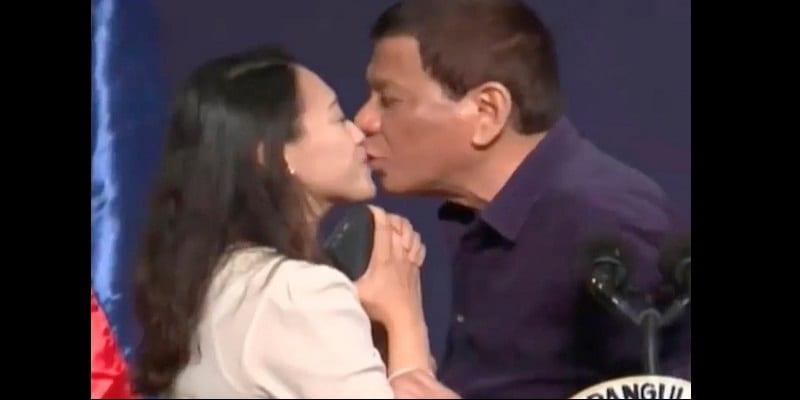 Photo de Philippines: Le président Rodrigo Duterte embrasse une inconnue en plein meeting (vidéo)