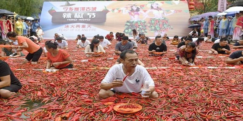 Photo de Incroyable: Un Chinois avale 50 piments en une minute