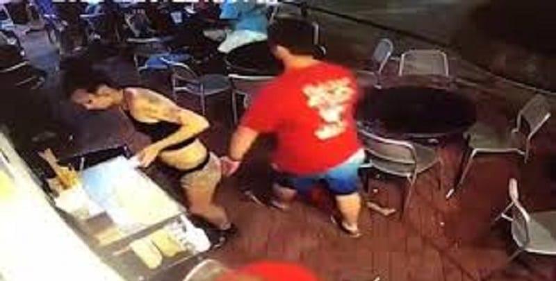 Photo de Etats-Unis: Une serveuse bastonne un client qui lui touche les fesses (Vidéo)