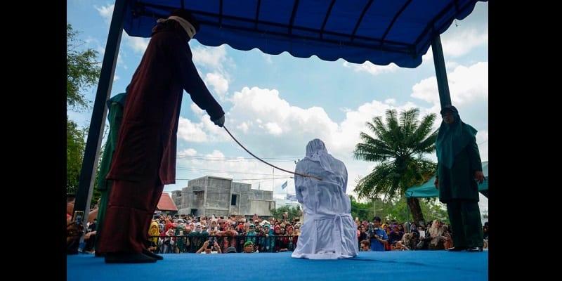 Photo de Indonésie: Des couples et des «prostituées» fouettés publiquement (photos)