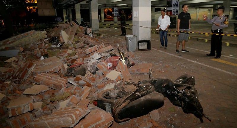 Photo de Indonésie: Un imam continue sa prière durant un séisme (Vidéo)