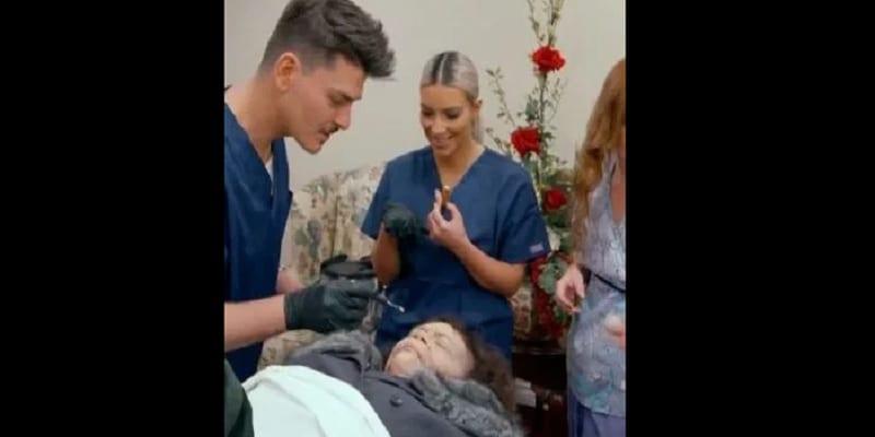 """Photo de People: """"obsédée par la mort"""", Kim Kardashian maquille un 'cadavre' à la morgue"""