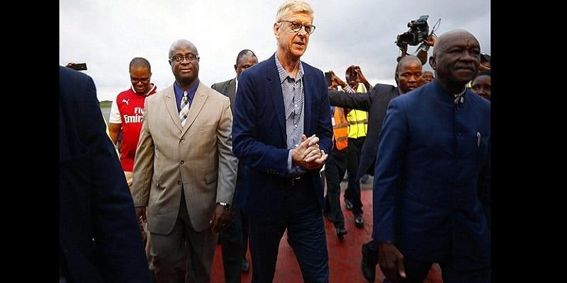 Photo de PHOTOS: Arsene Wenger arrive au Liberia pour recevoir un prix spécial