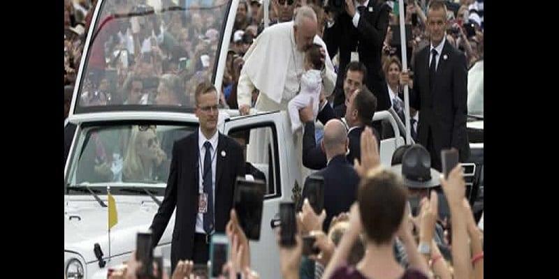 Photo de Un bébé atteint d'une tumeur au cerveau miraculeusement guéri après un baiser du pape François (photos)