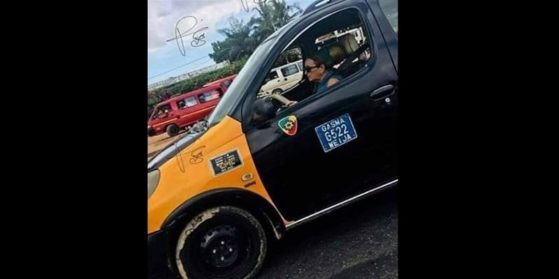 Photo de Ghana: une femme blanche conduisant un taxi, crée le buzz
