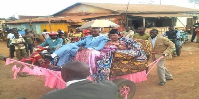 "Photo de Congo: Un couple fait le buzz avec leur ""véhicule"" de mariage !"