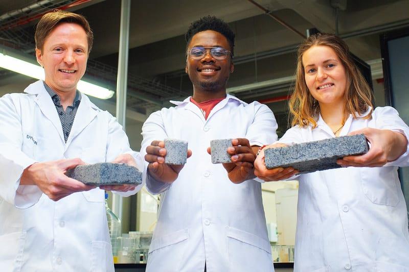 Photo de Afrique du Sud : Des étudiants fabriquent des briques à base d'urine