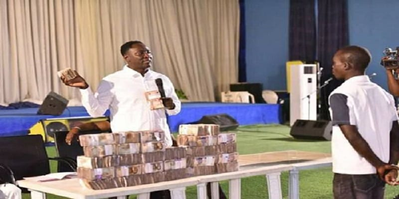 Photo de Nigeria: un pasteur distribue de l'argent à ses fidèles pour Noël