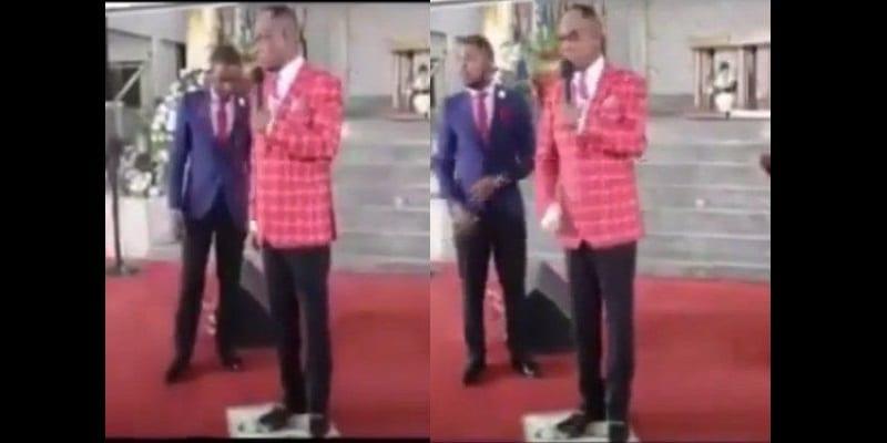 Photo de Ghana: Un pasteur marche sur la photo de Jésus et donne ses raisons (vidéo)