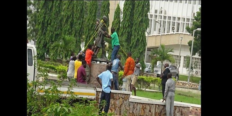 """Photo de Ghana: Gandhi accusé de """"racisme"""", une statue à son hommage retirée d'une université"""