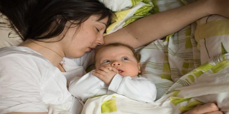 Photo de Voici jusqu'à quel âge bébé et maman doivent dormir ensemble (Étude)