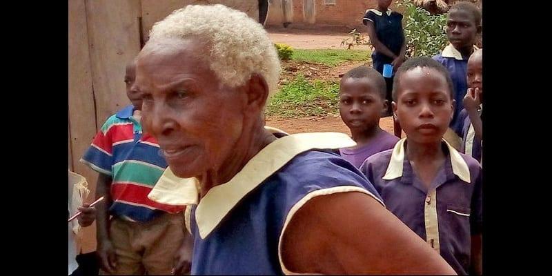 Photo de Ouganda : âgée de 80 ans, elle s'inscrit à école primaire et rêve de devenir enseignante