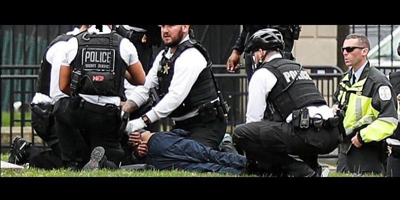 Photo de USA: Un homme met le feu à sa veste devant la Maison Blanche