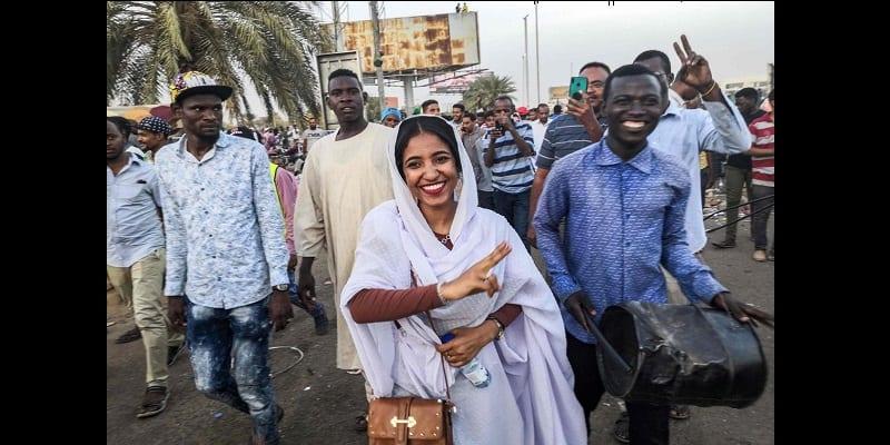 Photo de Alaa Saleh : La jeune fille de 22 ans devenue le symbole de la révolution soudanaise (vidéo)
