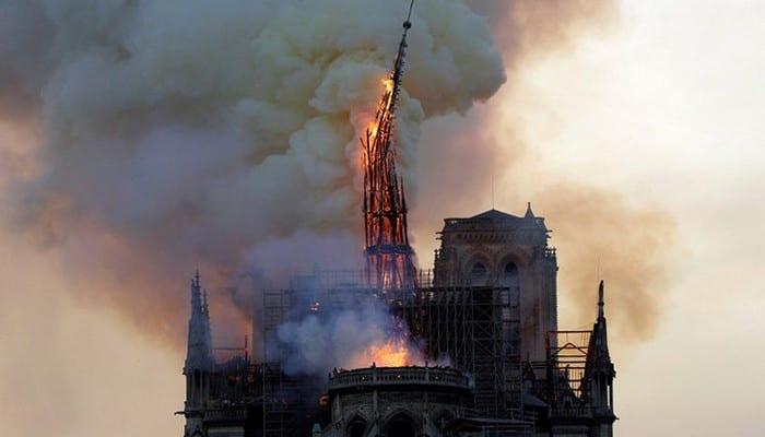 Photo de Incendie à Notre-Dame : Des personnes disent avoir vu une image mystérieuse dans les flammes