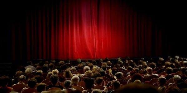 Photo de Royaume-Uni : Un humoriste meurt sur scène, le public continue de rire croyant qu'il simule