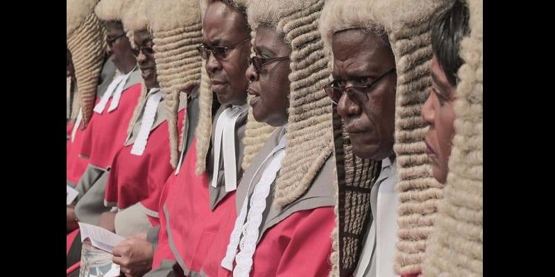 Photo de Zimbabwe : 155 000 dollars dépensés pour des perruques de juges. La population s'indigne!