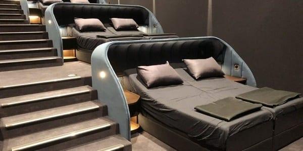 Photo de Suisse: Les sièges remplacés par des lits doubles dans une salle de cinéma-Photos