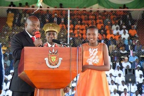 Photo de Burundi : le président décerne publiquement une médaille à sa fille de 12 ans